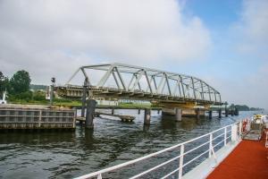Мост повернулся