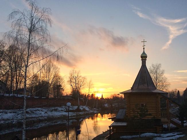 Необыкновенно красивая карточка про закат у часовни на Скитских прудах